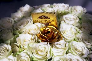 100 бели рози и една от чисто злато-от феновете